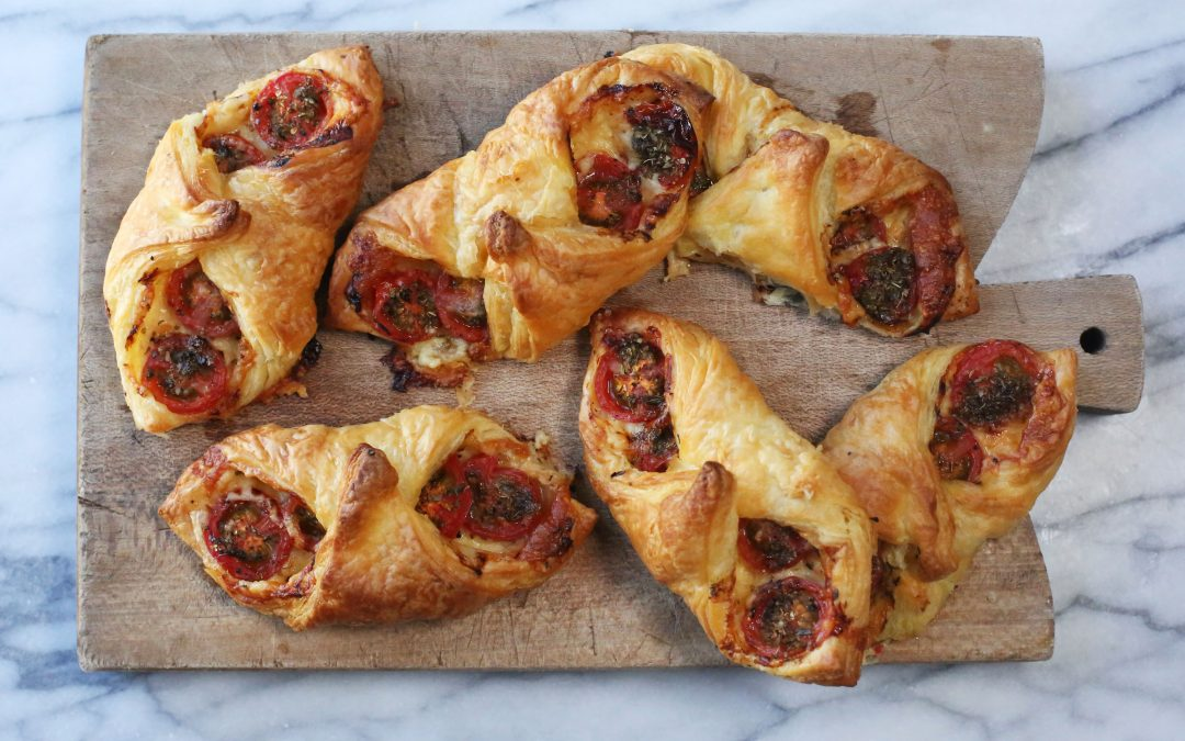 Tomato and vegan cheese tarts, eat them 'al fresco'